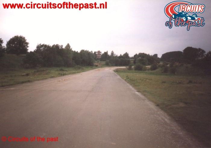Zicht op bocht 8 op het vervallen Circuit Nivelles-Baulers in 1998