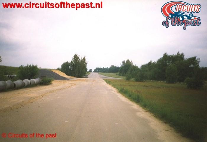Het rechte stuk, met links de chicane onder de bulten zand, op het vervallen Circuit Nivelles-Baulers in 1998