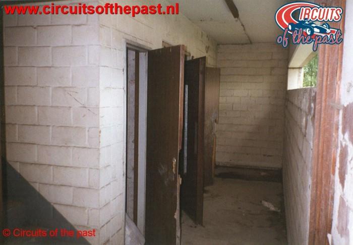 Binnen in de vernielde wedstrijdtoren van het verlaten Circuit Nivelles-Baulers in 1998
