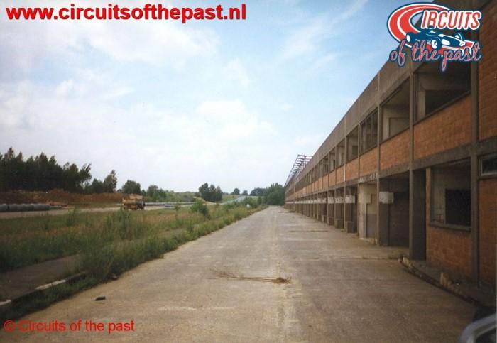 Pits en rechte stuk van het vervallen Circuit Nivelles-Baulers in 1998