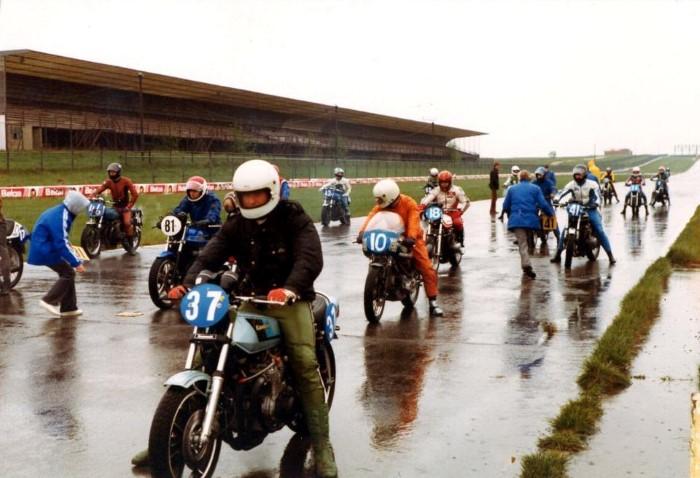 Motorraces op Circuit Nivelles-Baulers waarbij tegen de klok in word gereden