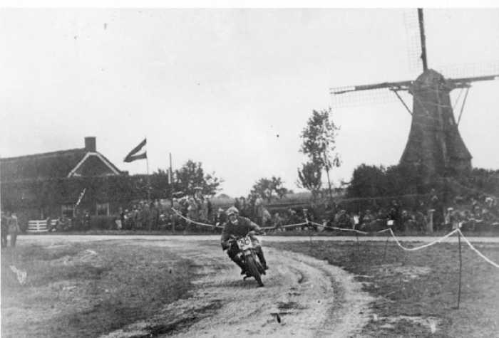 Eerste bocht na de start in Rolde - TT 1925